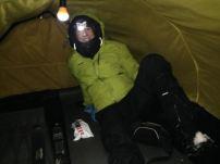 Sista natten spenderade vi på kalfjället i storm. Här inväntar vi signal på att snabbt ta ner tälten och bege oss vidare.