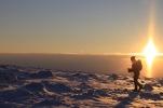 Fjället med solnedgång och i vacker vinterskrud bjuder på magiska vyer.