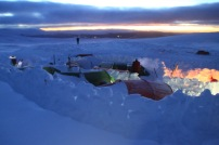 Tälten är inbygda i en borg för att skydda oss mot vinden.