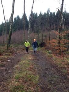 Johan Jonsson på RunFBG peppar och instruerar i löpning uppför.
