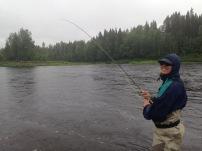 Det går att fiska fastän det regnar. Här är fiskelyckan god trots högvatten. Foto: Niclas Bentzer.