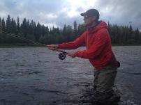 Niclas tränar flugfiske med tvåhandsspö. Foto: Linnea Nilsson-Waara.