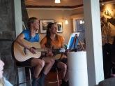 På vår resa har vi trubadurat och delat med oss av vår musik.