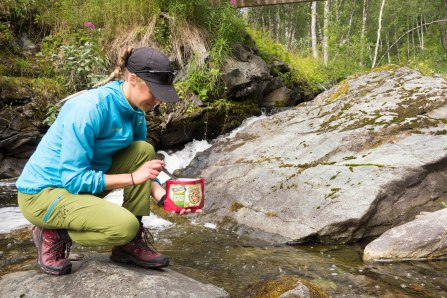 Erika fyller på sin matpåse med kallt vatten.