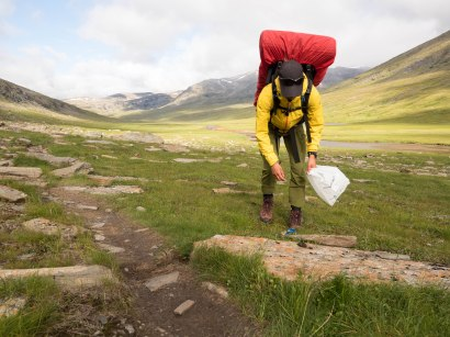 Håll fjällvärlden ren! Både små som stora skräp uppskattas att vi plockar med oss hem.