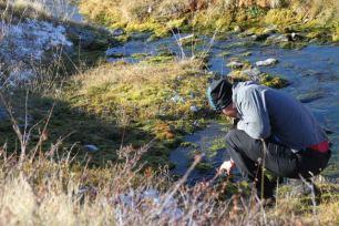 Vattenhämtning i bäcken som låg några hundra meter från vindskyddet.